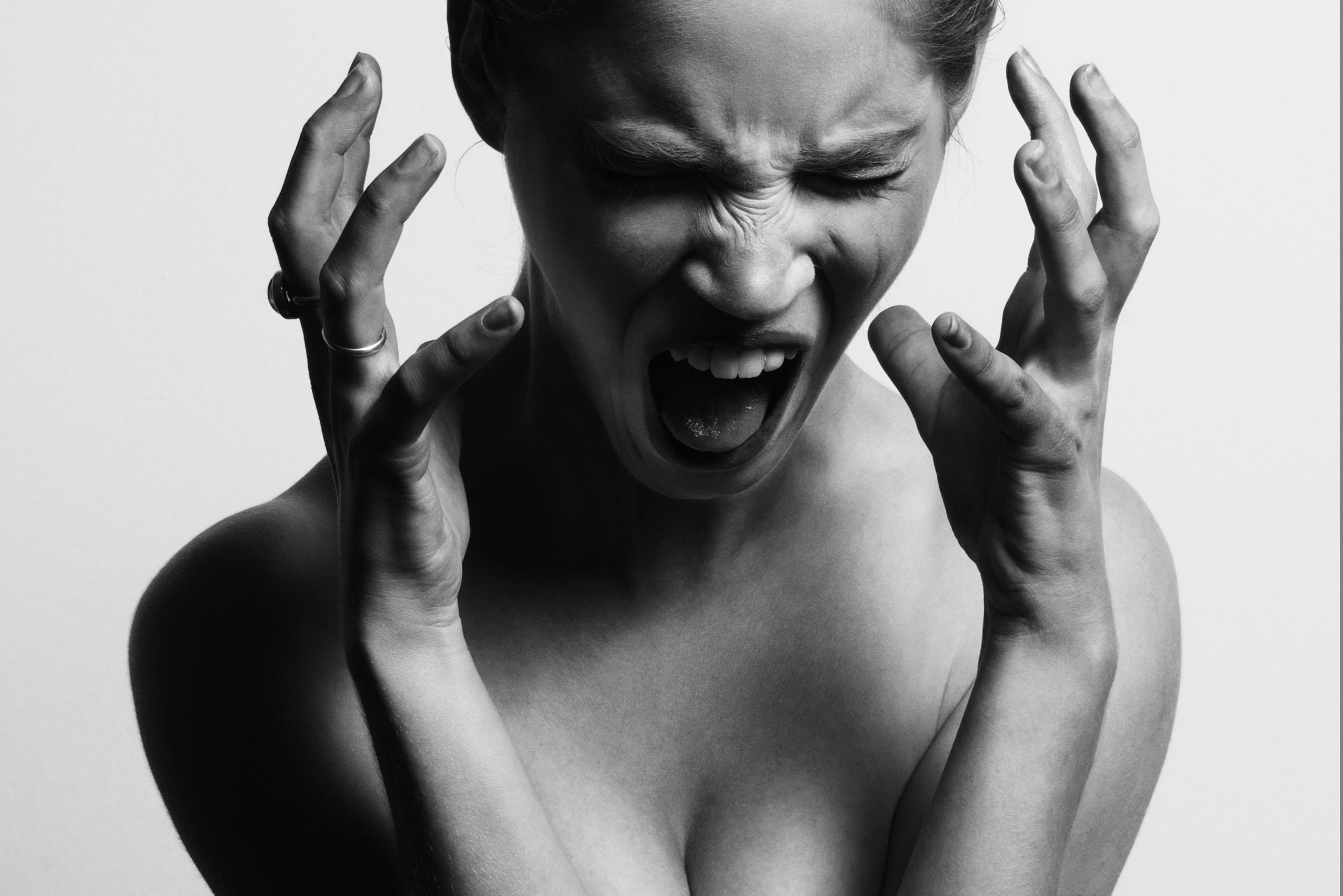 kobieta odczuwająca ból