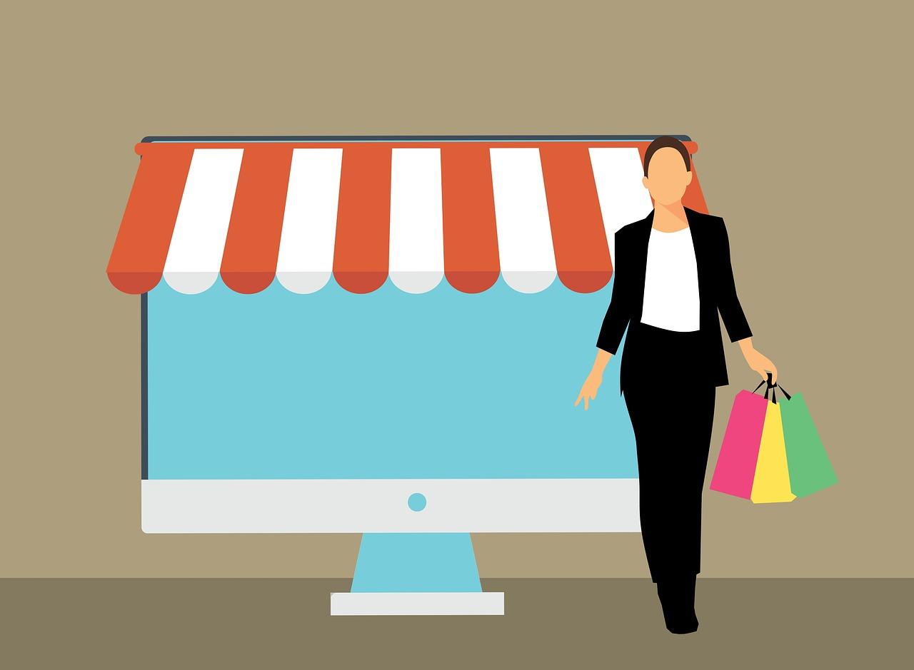 kobieta z torbami przed komputerowym straganem