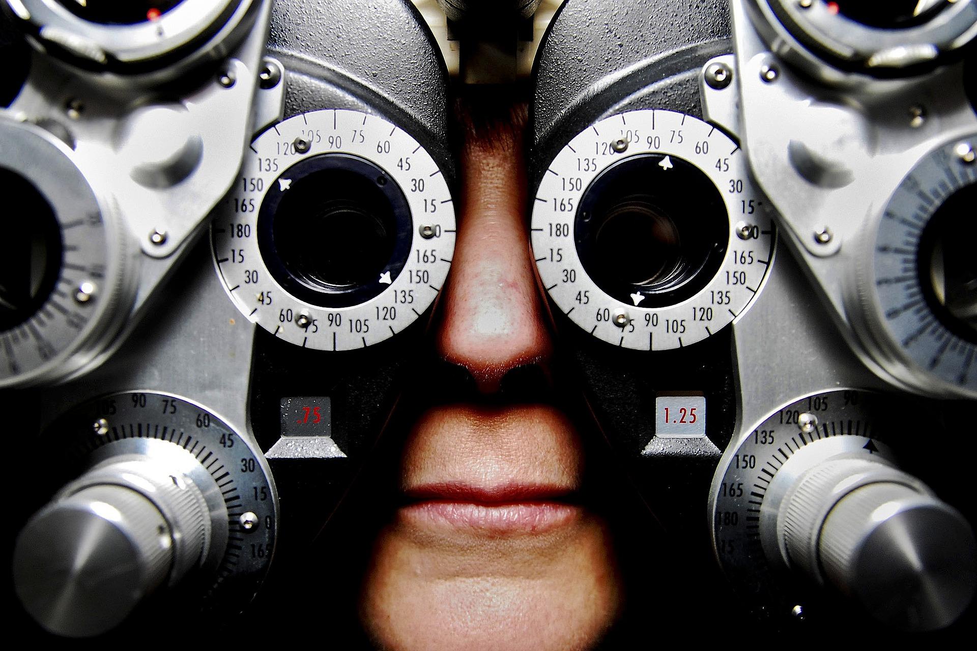 Obrazek przedstawiający mężczyznę podczas badania optometrystycznego