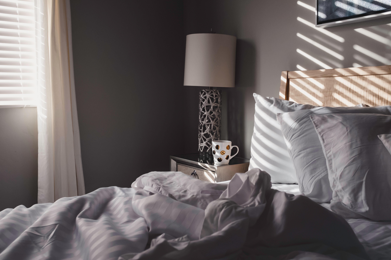 zdjęcie przedstawia łóżko na którym jest pościel
