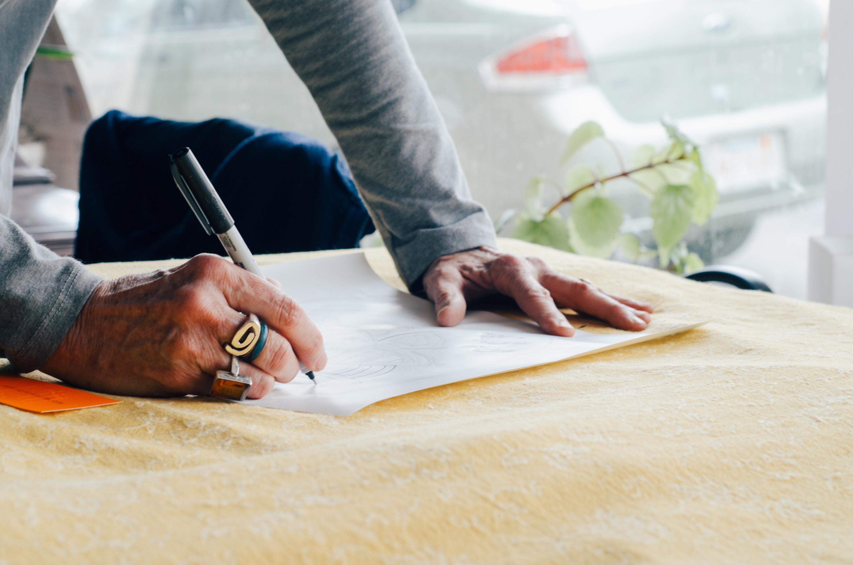 Mężczyzna, który pisze na kartce